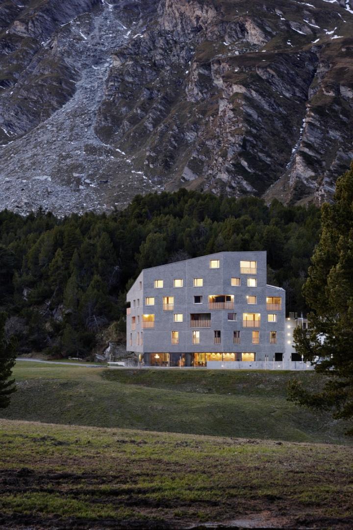 Fassade bei Abenddämmerung © Ralph Feiner, Malans