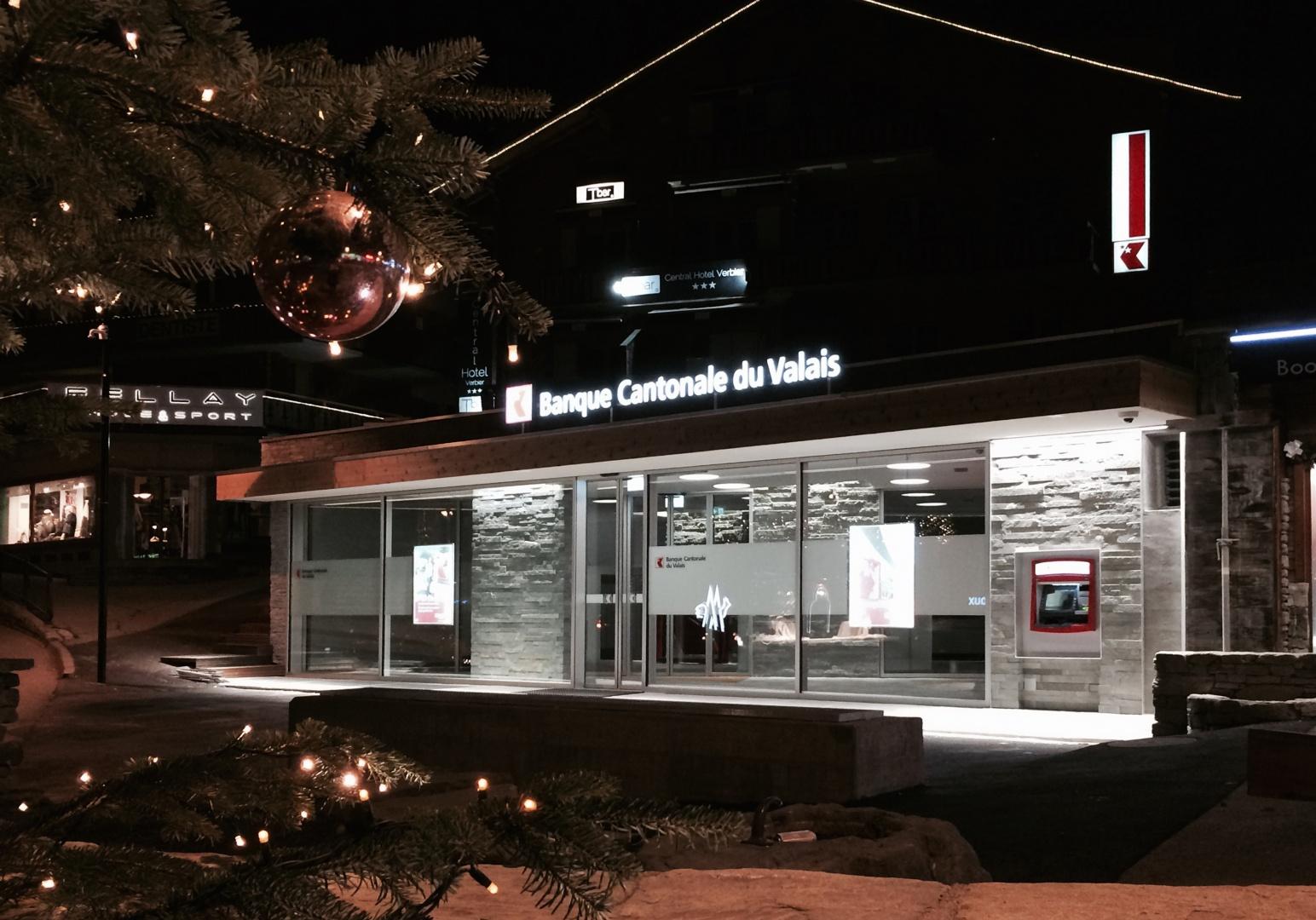 Eingangsfassade bei Nacht © VOLTOLINI architectures