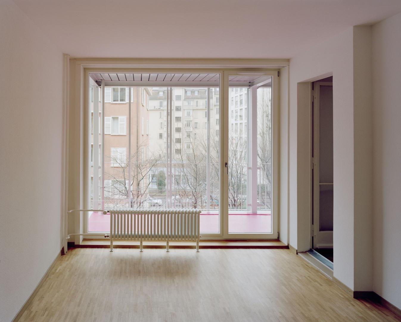 Salle de séjour rénovée avec véranda © Joël Tettamanti