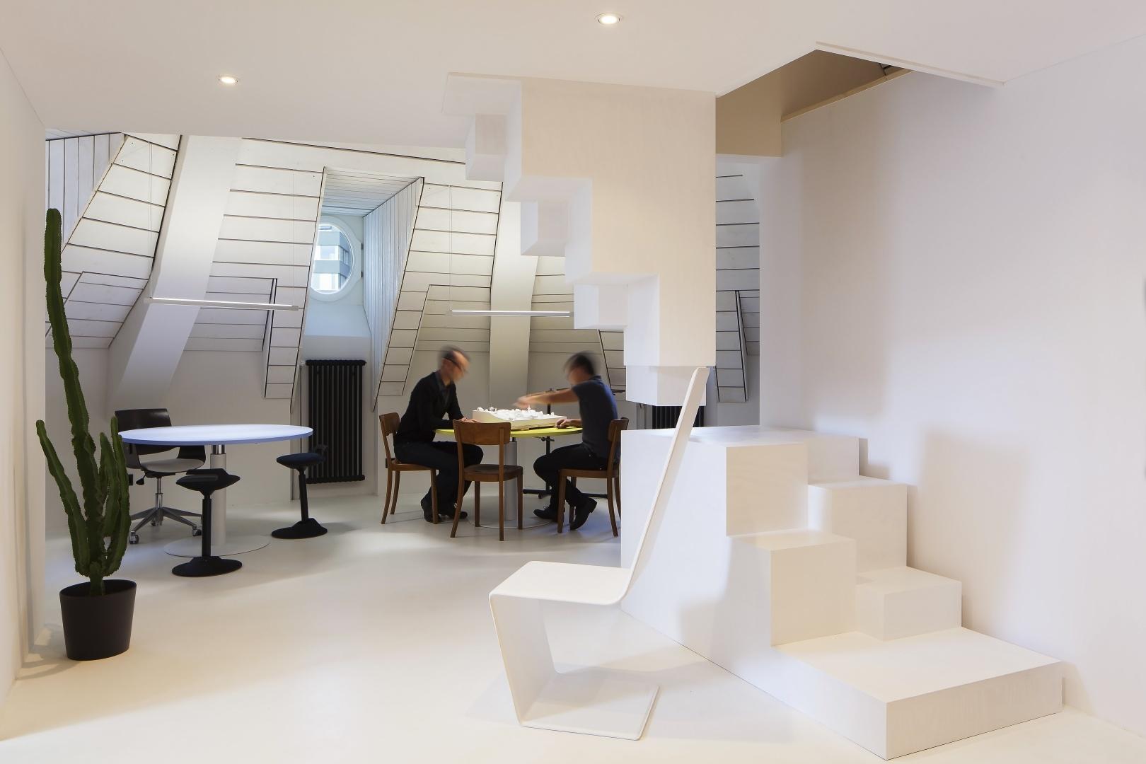 Empfangsansicht mit der Steiltreppe und dem Besprechungsraum © Architektur Ateler Ducret | Fotograf Jürg Knuchel