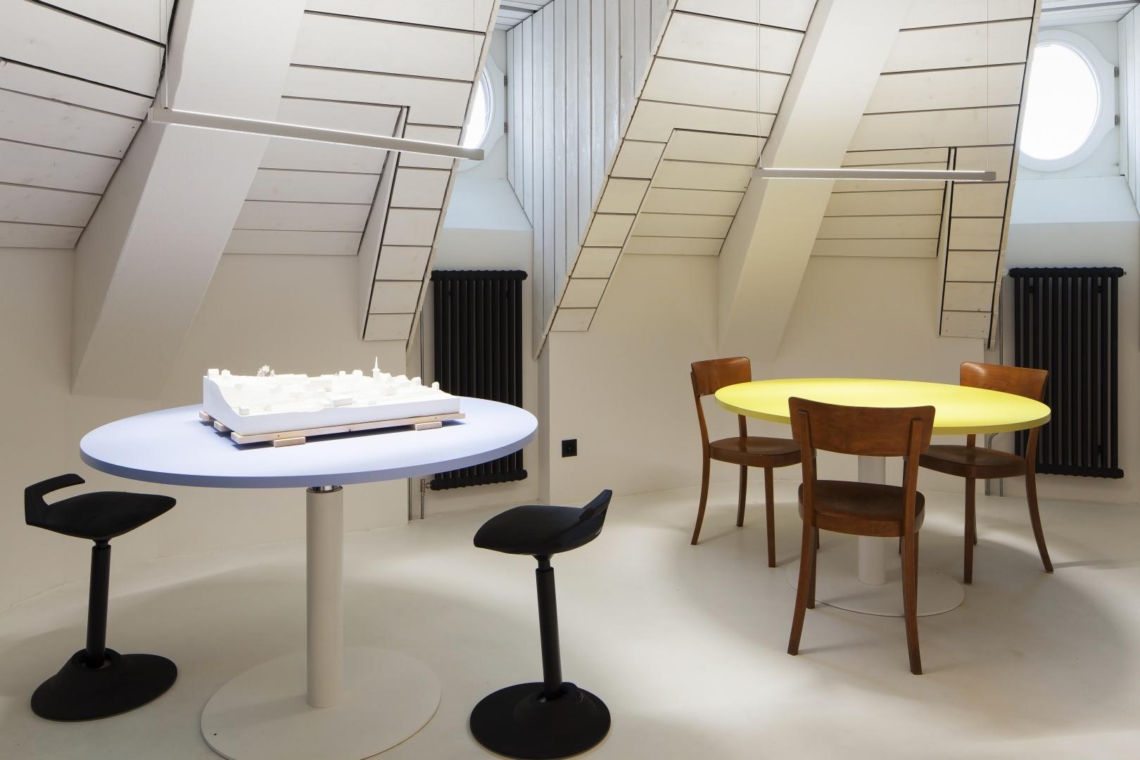 Arbeitsbereich mit höhenverstellbaren Tischen © Architektur Ateler Ducret | Fotograf Jürg Knuchel