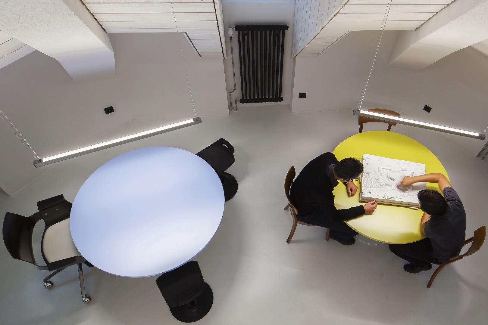 Sicht von der Galerie auf den Arbeits- und Besprechungsbereich © Architektur Ateler Ducret | Fotograf Jürg Knuchel