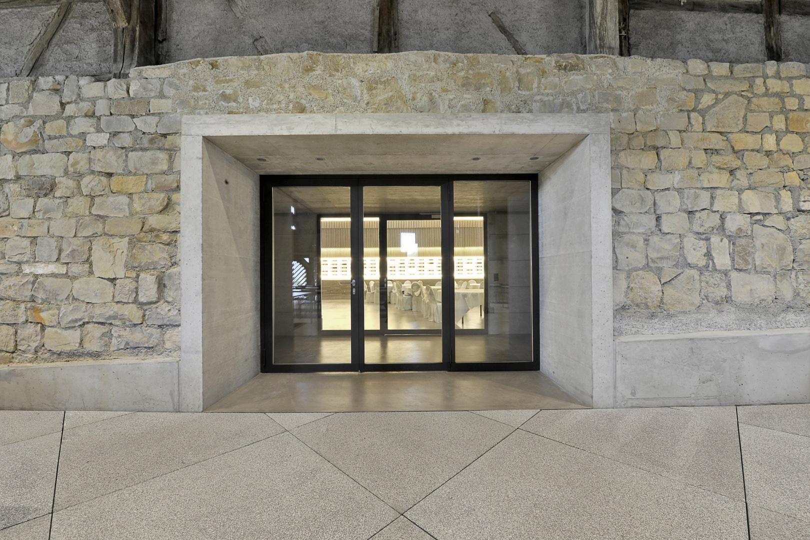 Durchgang zwischen Alt- und Neubau  © Peter Hebeisen, Zürich