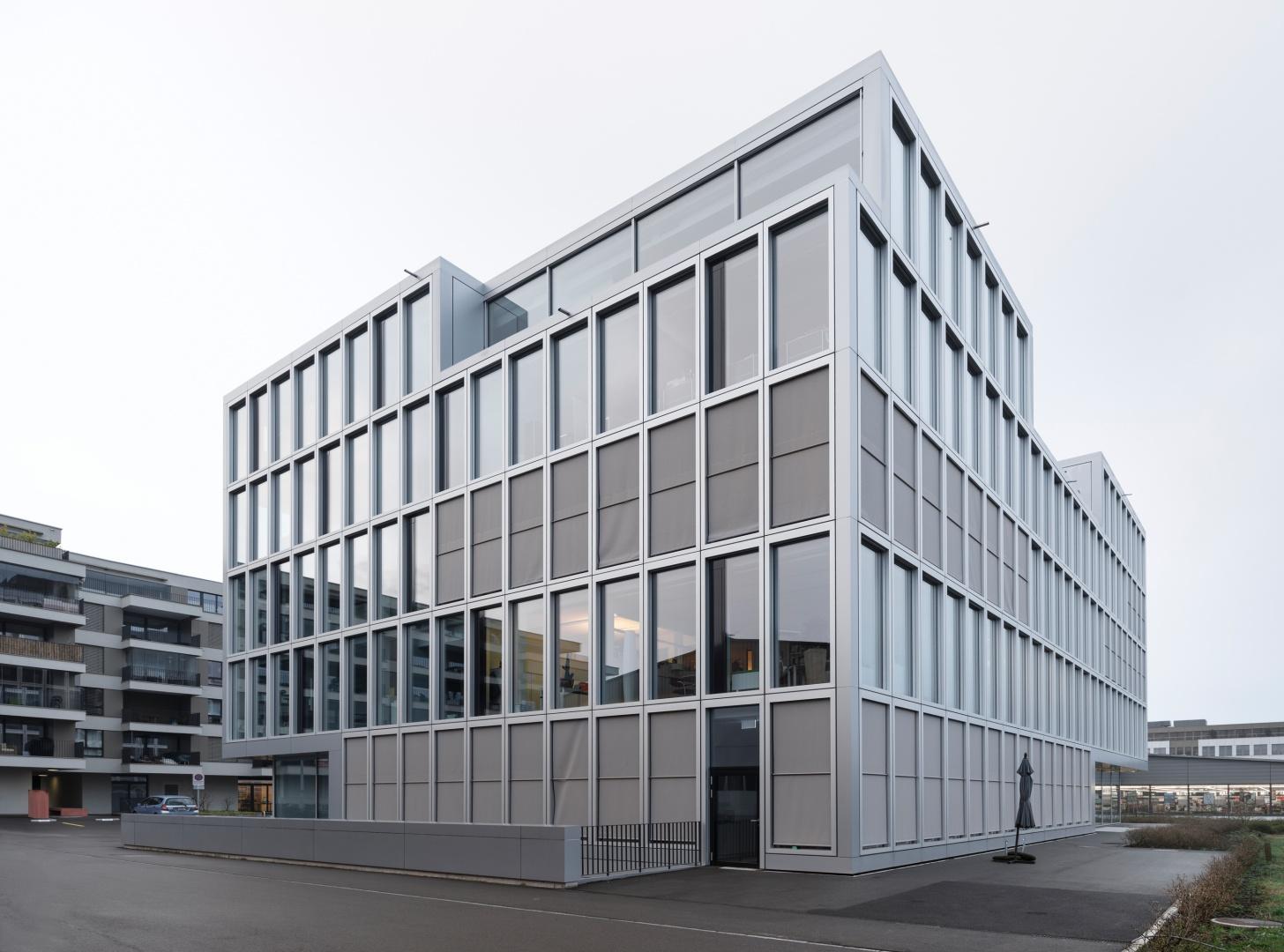 Fassade zur Bahn © Ulrich Stockhaus, Zürich