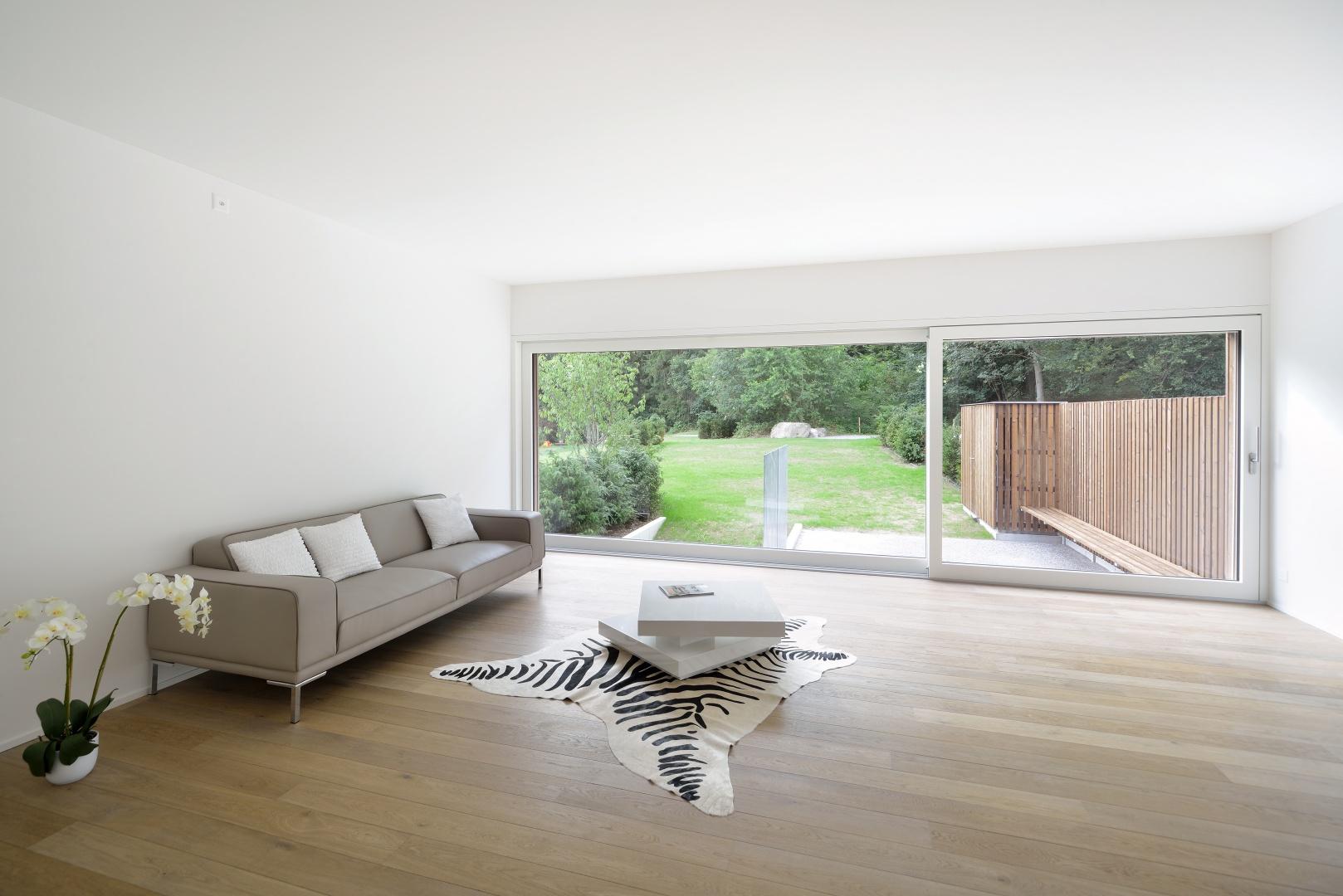 Wohnzimmer mit Blick in den Garten und hin zum privaten Wald © Sabrina Scheja, Berneckerstrasse 215, CH-9435 Heerbrugg