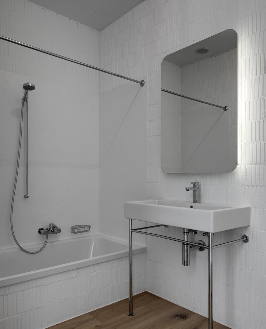 salle de bains avec murs en brique sans enduit © Roger Frei, Zürich