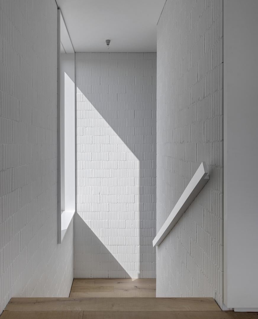 Treppenhaus mit unverputzten Backsteinwänden  © Roger Frei, Zürich