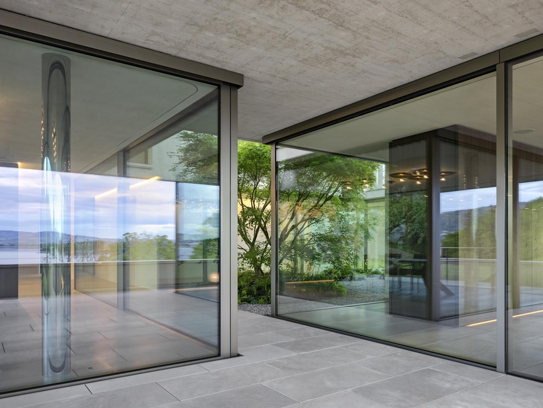 Atrium umfasst von Wohn- und Essbereich  © Roger Frei, Zürich