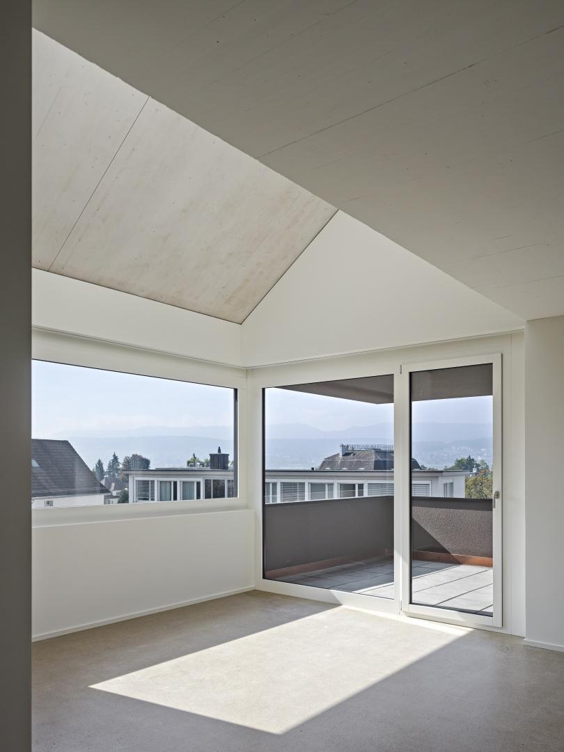 Doppelgeschossiger Wohnraum mit Dachschräge © Roger Frei, Zürich