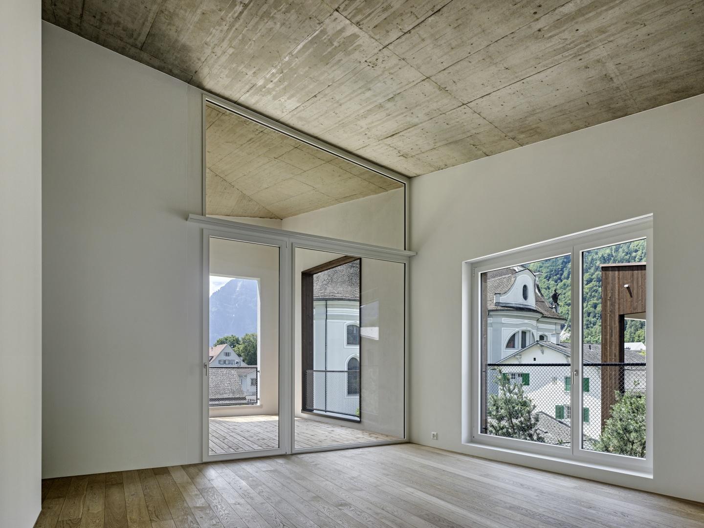 Innenraum - Wohnraum mit Loggia © Roger Frei, Zürich