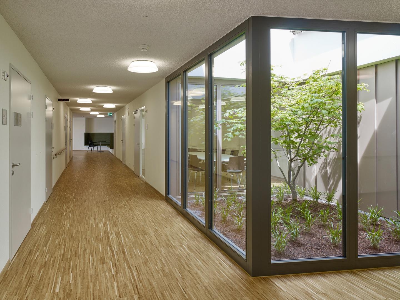 Erschliessung mit grünem Aussenraum © Roland Bernath, Fotografie Architektur, Zürich