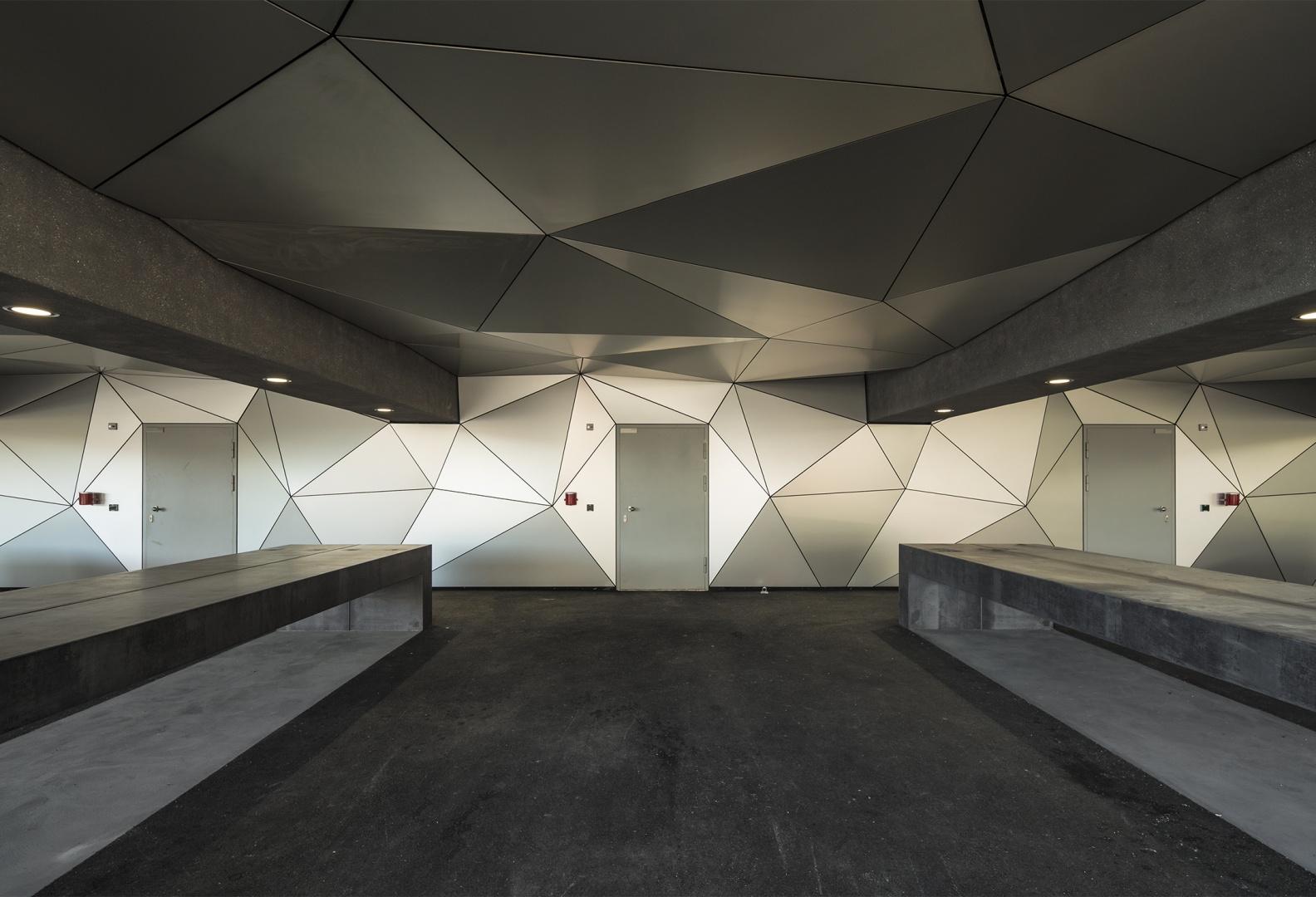 Gedeckter Platz für den Unterhalt © FERNANDO GUERRA | FG+SG FG+SG - FOTOGRAFIA DE ARQUITECTURA AV.DE ROMA, 72 - 2∫DTO-R 1700-350 LISBOA - PORTUGAL