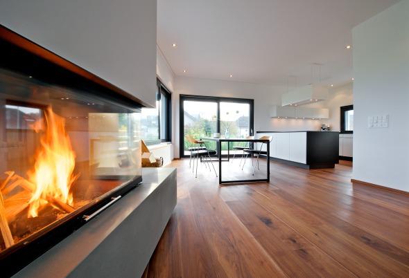OG. Offene Wohnküche mit Essplatz und Kamin © Inka Reiter
