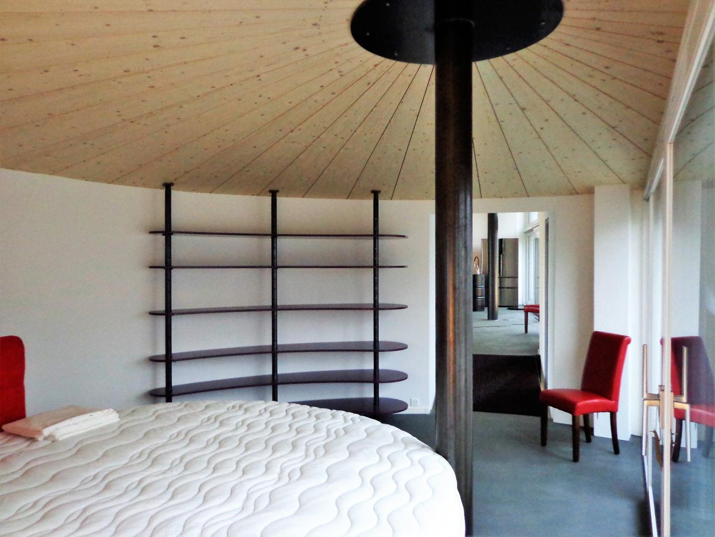Chambre à coucher étage mansardé avec passage © Beat Schaer