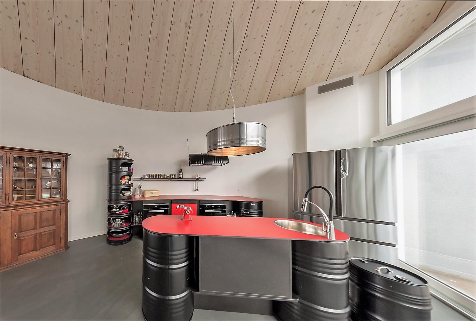Cuisine construit avec fûts étage mansardéachgeschoss © Beat Schaer