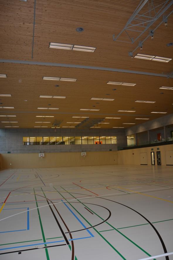 Sporthalle mit Wandverkleidung aus fichtefourniertem Akustiktäfer, PU-Belag ins Sandfarbe und Fichtendecke © Bandel Lothar, Montlingen
