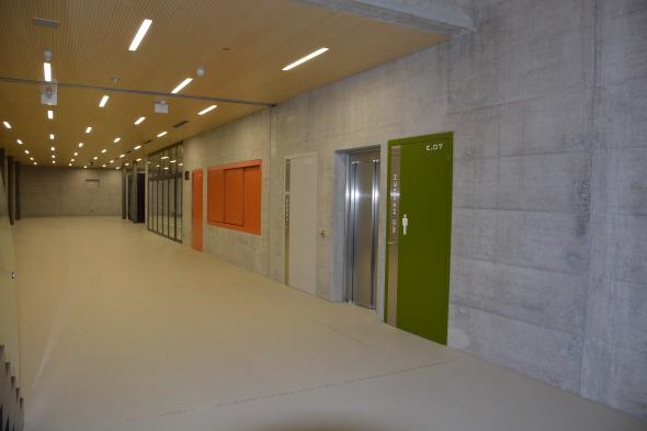 Foyer: Sicht von der Treppe zu Officeausgabe, Aufenthalt und Haupteingang  © Bandel Lothar, Montlingen