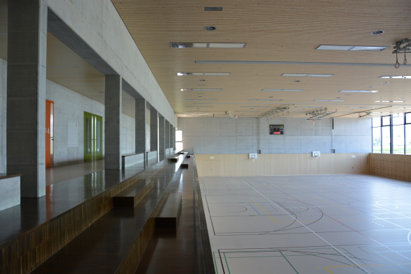 Galerie: Tribüne und Sporthalle mit rohem Fichtentäfer © Bandel Lothar, Montlingen