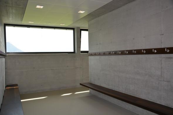 Garderobe: Sichtbeton und Bank in Räuchereiche, Boden PU in Sandton  © Bandel Lothar, Montlingen
