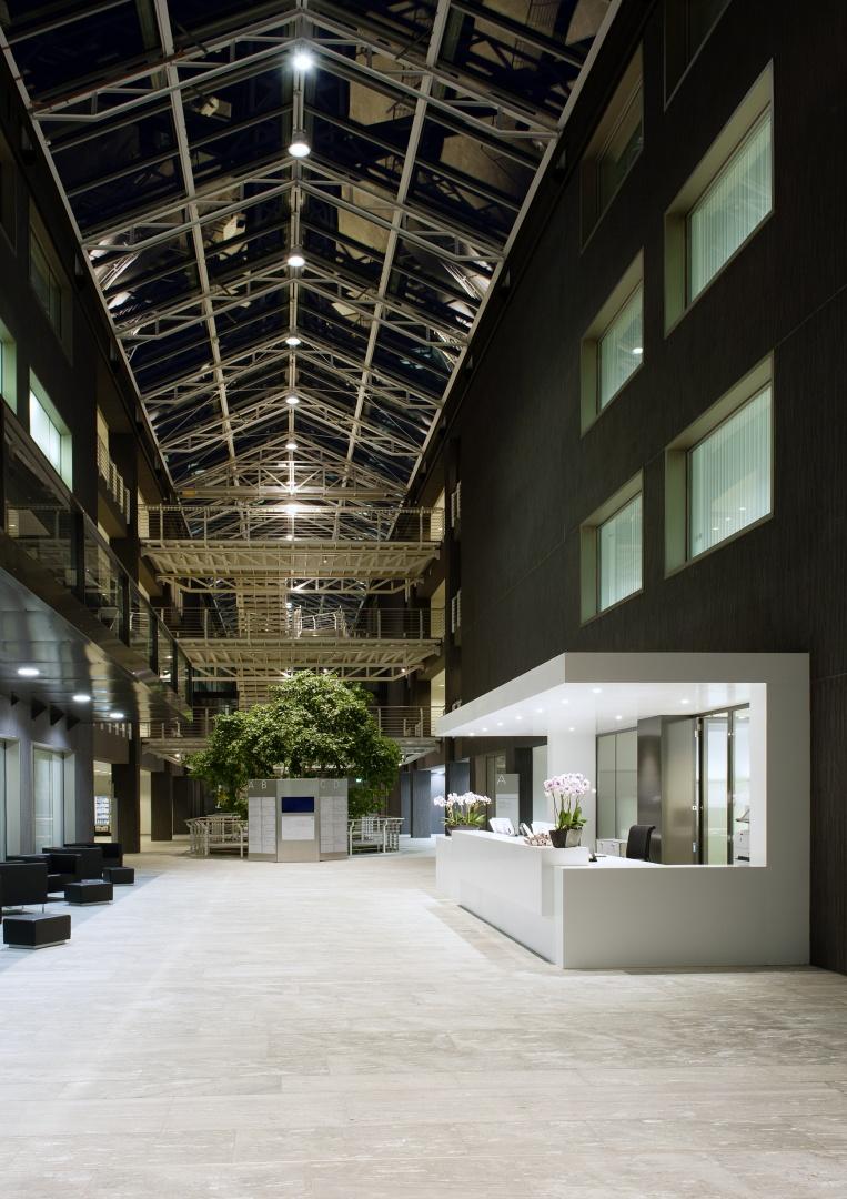 Innere Halle Empfang Nacht © Schulthess Klinik
