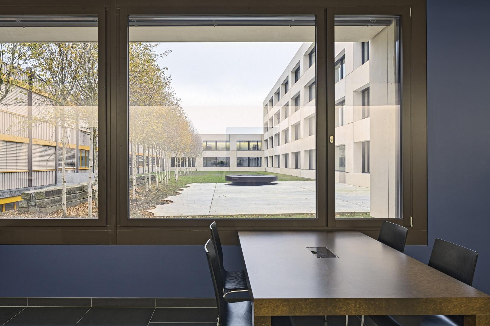 Arbeitsplatz mit Ausblick Innenhof © Stefano Schröter, 6003 Luzern