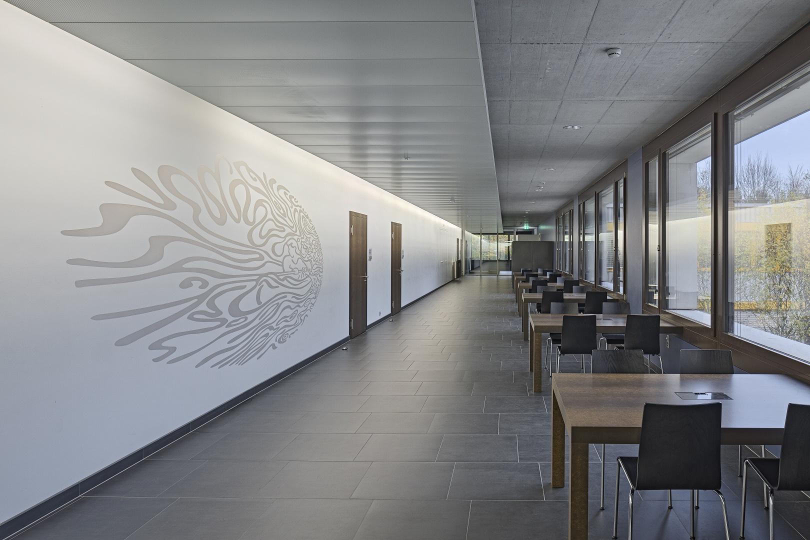 Korridor mit Schülerarbeitsplätzen © Stefano Schröter, 6003 Luzern