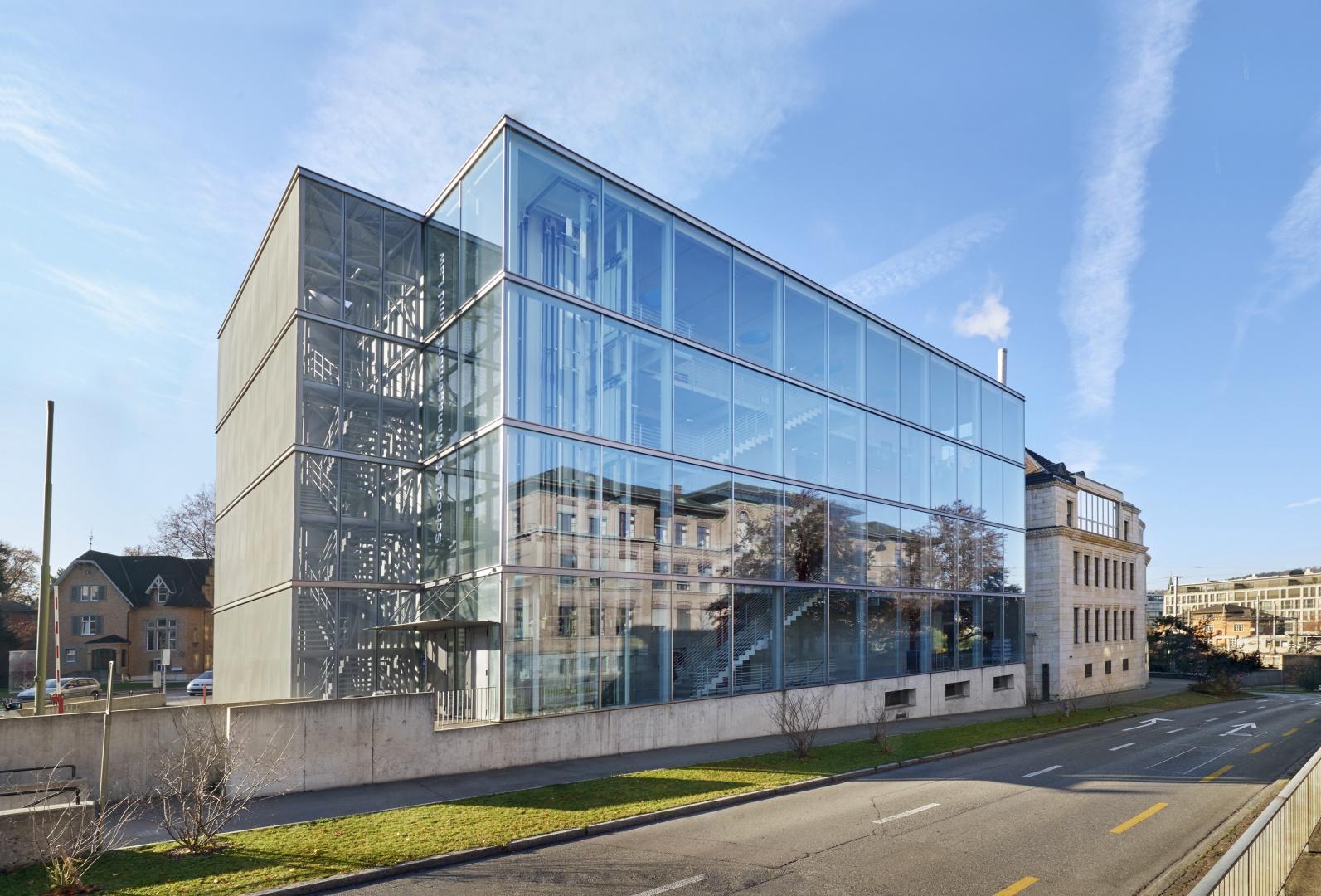 Hauptfassade mit Neubau Aussentreppe © Luca Zanier Photography