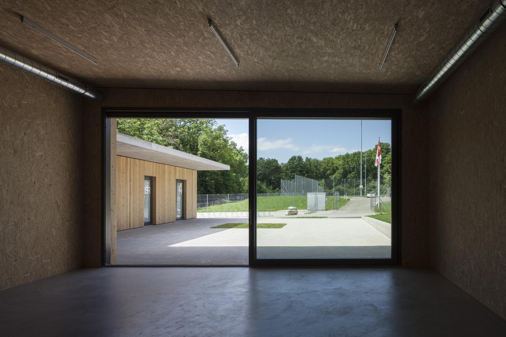 Mehrzweckraum, Blick zu den Sportanlagen © Børje Müller