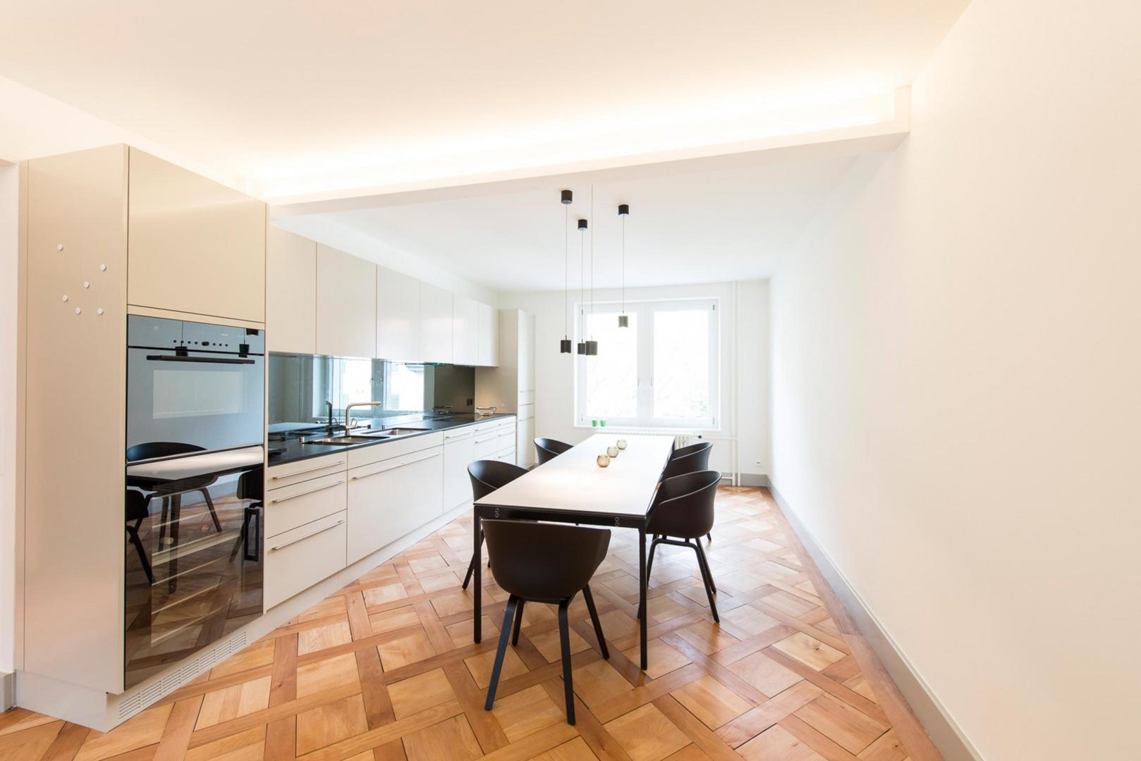 Esstisch mit offener Küchenzeile © Juho Nyberg Architektur GmbH