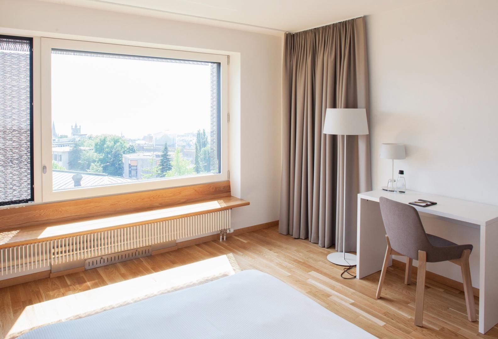 Hôtel des patients, chambre avec vue sur la cathédrale © Brauen Wälchli Architectes, Marc Schellenberg