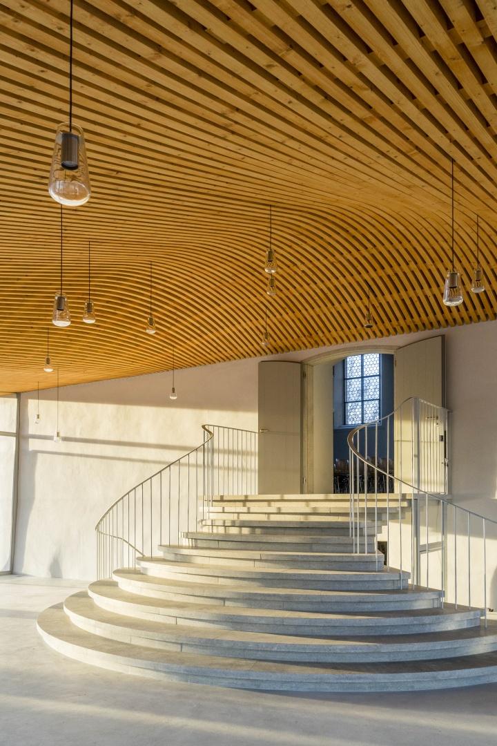 Foyer Künstlerhaus Boswil, geschwungenes Dach über Treppe © Gian Salis Architektur GmbH