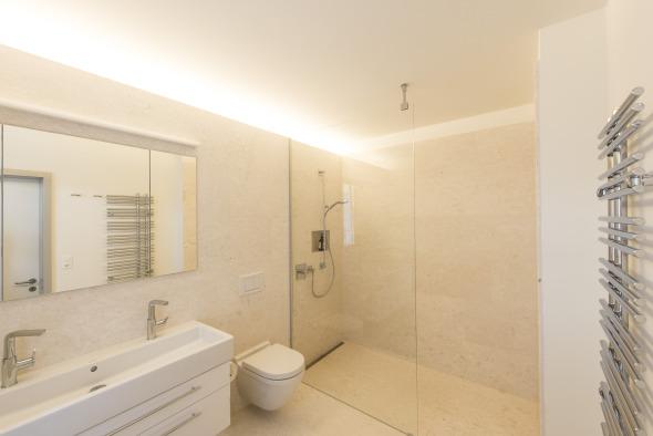 Badezimmer mit Indirektbeleuchtung © Juho Nyberg Architektur GmbH