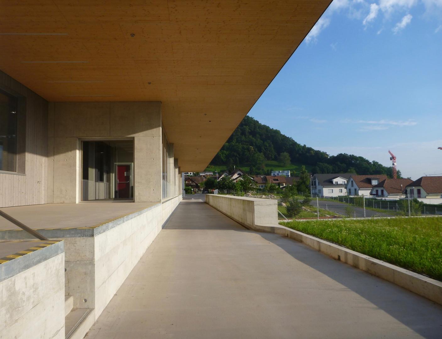 Erschliessungsseite mit Vordach © Winzer Partner Industriearchitekten, Zürich