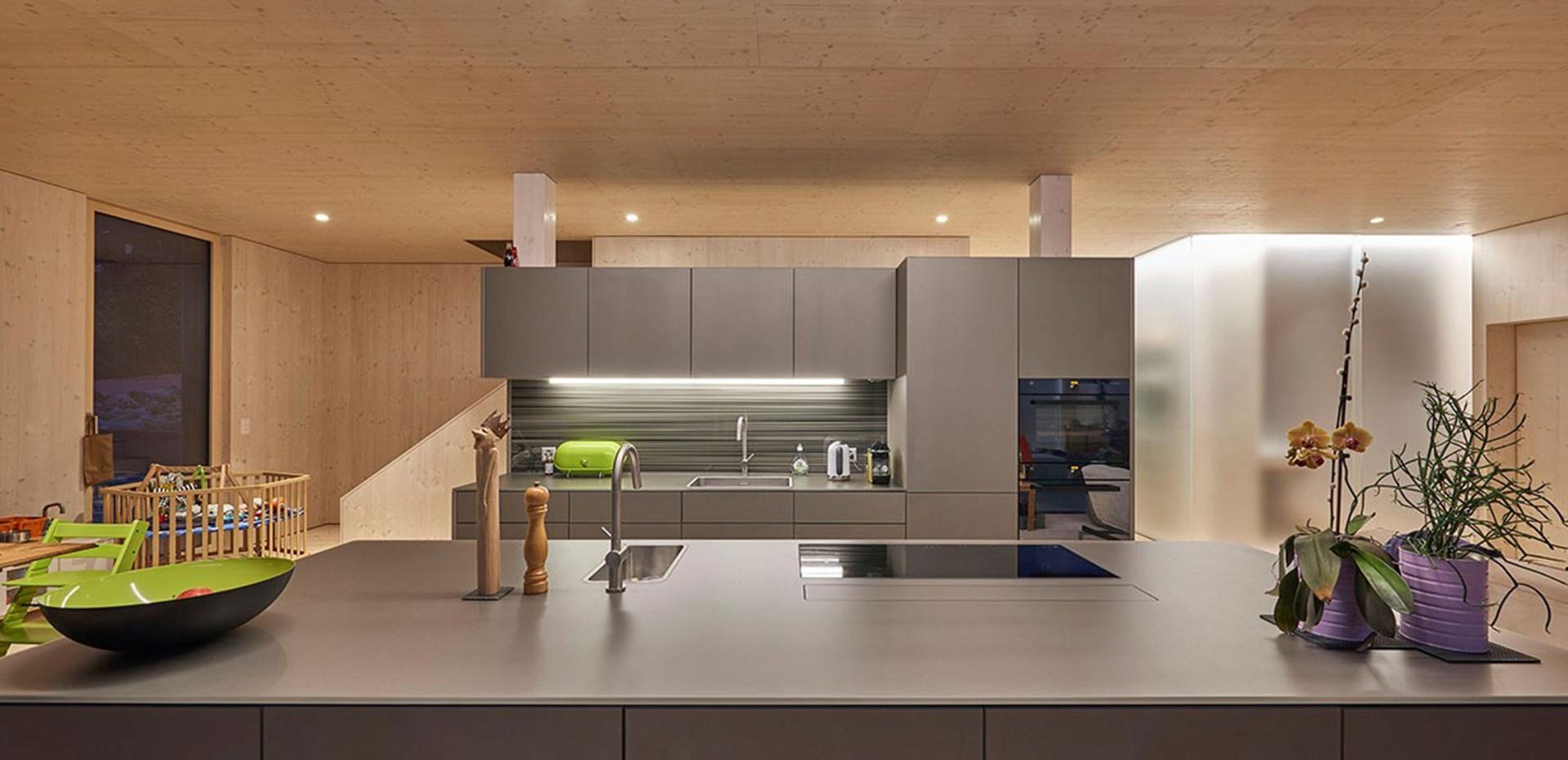 La cuisine, prèsque entièrement habillée de verre © Hector Egger Holzbau AG