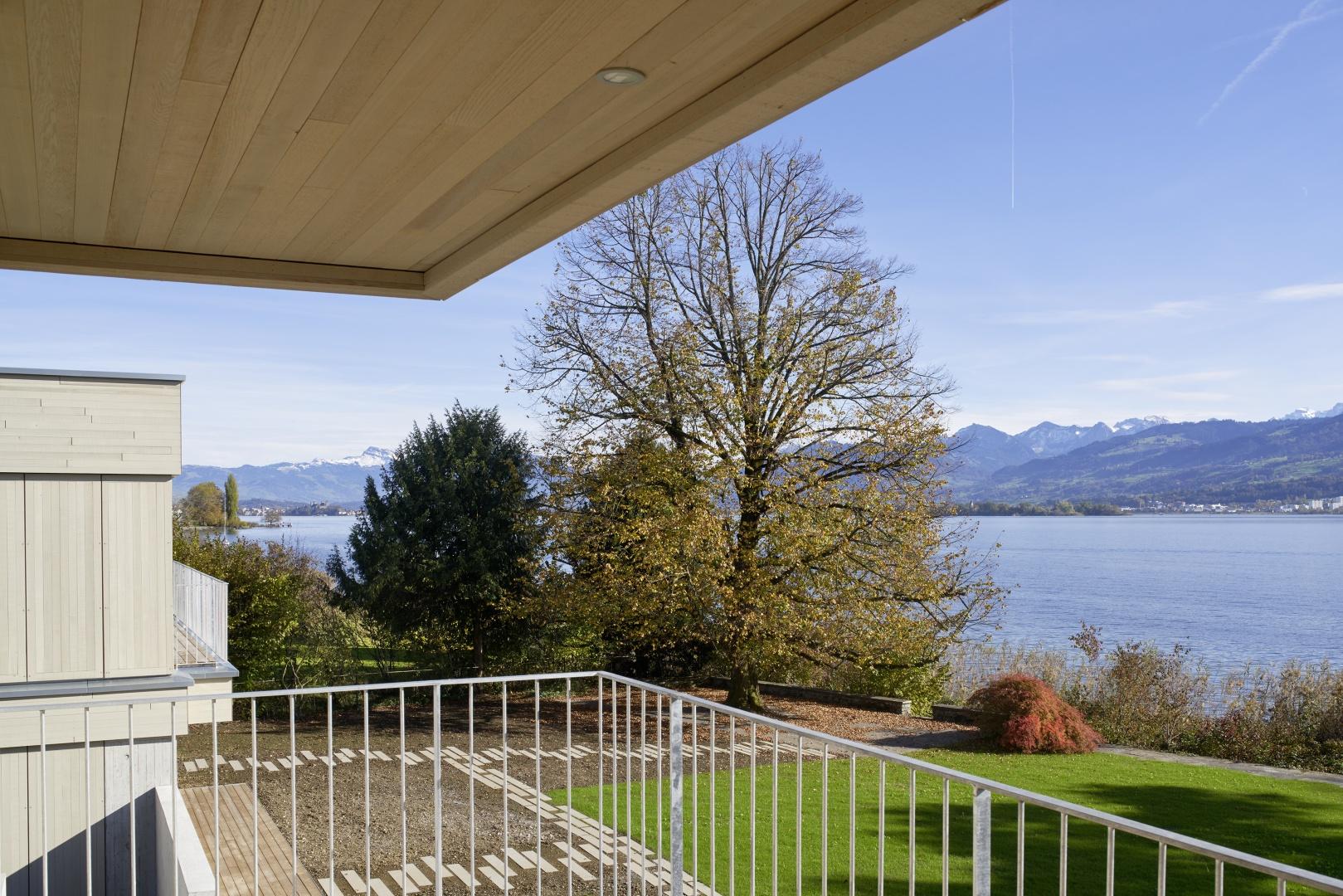 Balkon mit Blick nach Rapperswil © Schindler Friede, Foto H. Henz