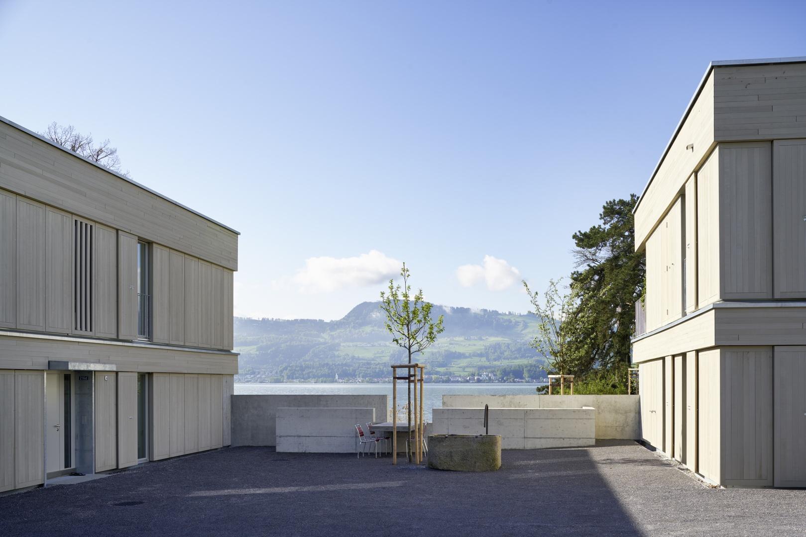 Hof mit Tisch, Baum, Brunnen © Schindler Friede, Foto H. Henz