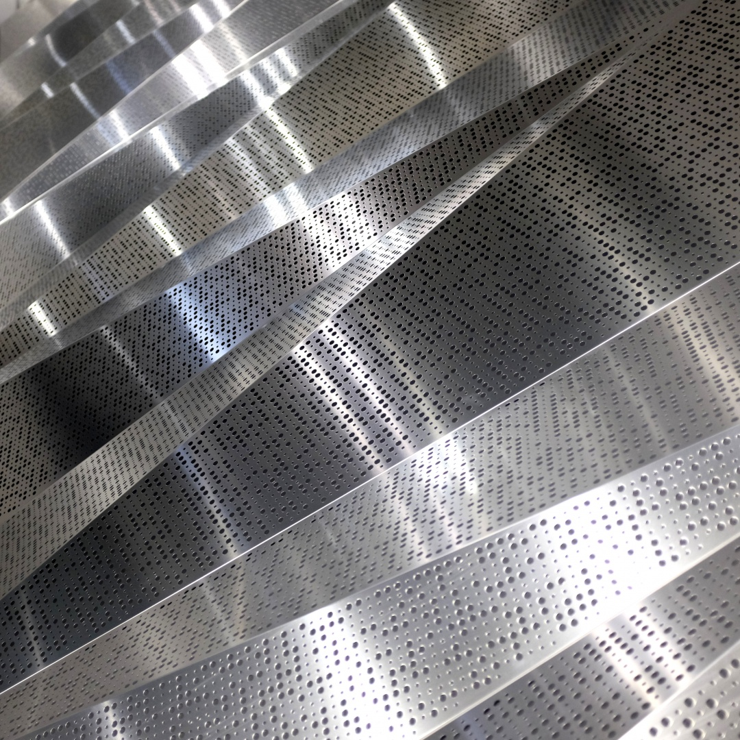 Origami de tôles d'aluminium perforées dans les cages d'escalier © Vernet Hogge Architectes SA