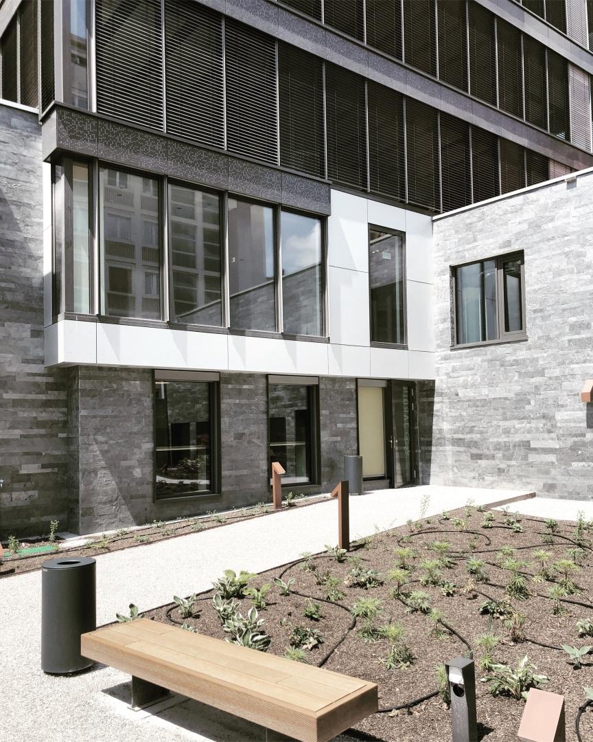 Accès au jardin depuis le bâtiment © Vernet Hogge Architectes SA