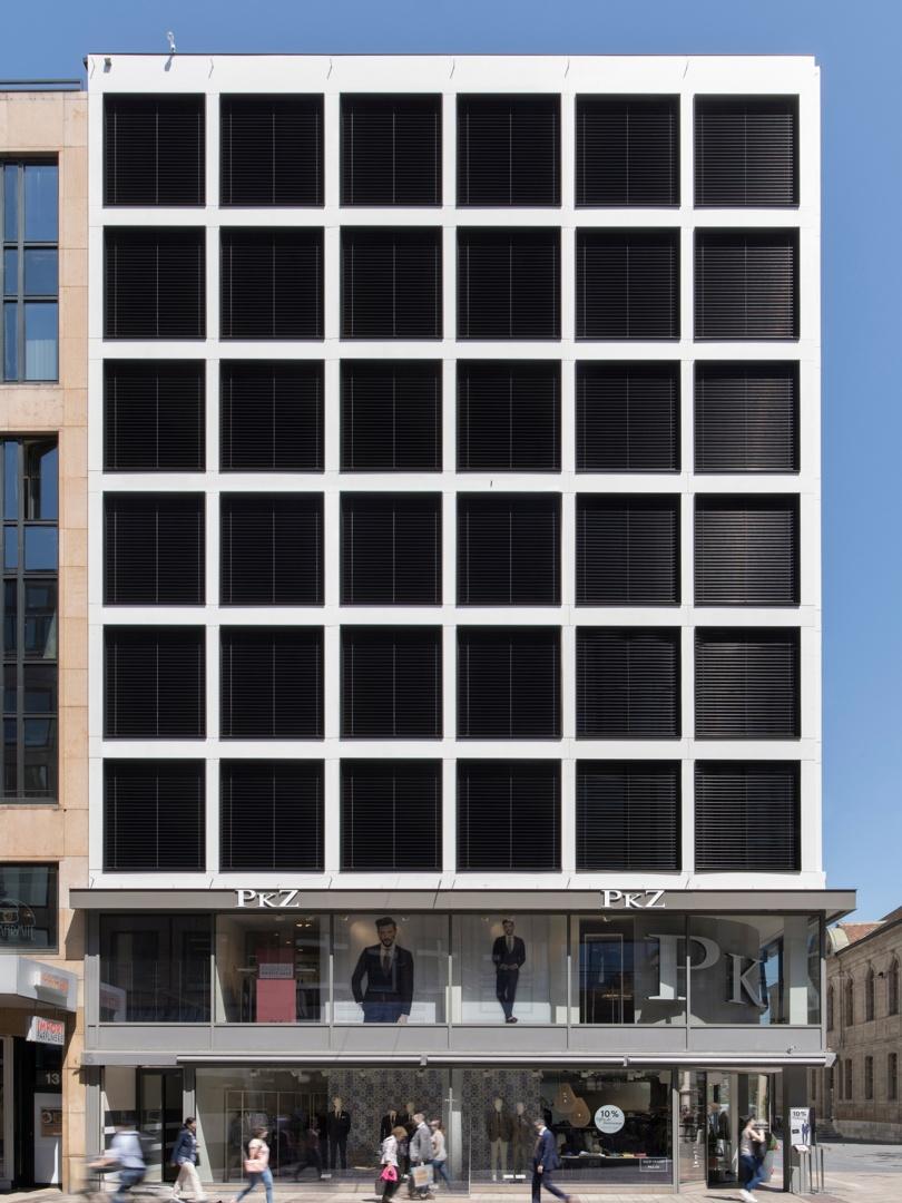 Vue frontale Confédération - Stores fermés © Swen Sack, photographe, Lausanne