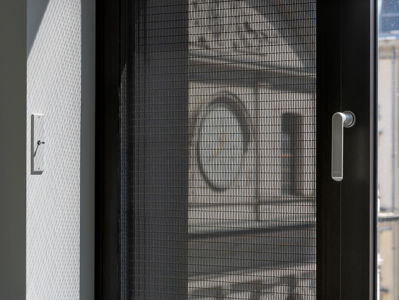 Vue rapprochée du verre avec grille métallique © Swen Sack, photographe, Lausanne