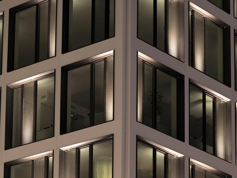 Vue nocturne rapprochée du module de façade © Swen Sack, photographe, Lausanne
