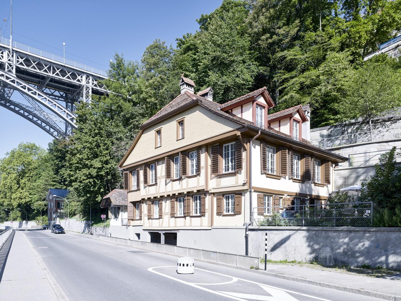 Wohnhaus an der Aare mit Strasse © Rolf Siegenthaler Bern