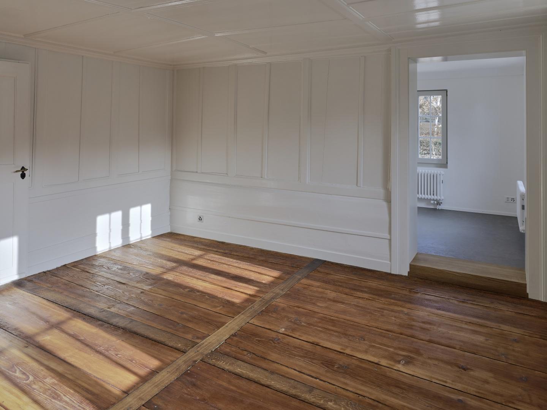 Wohnzimmer im EG mit Verbindung in die Küche © Rolf Siegenthaler Bern