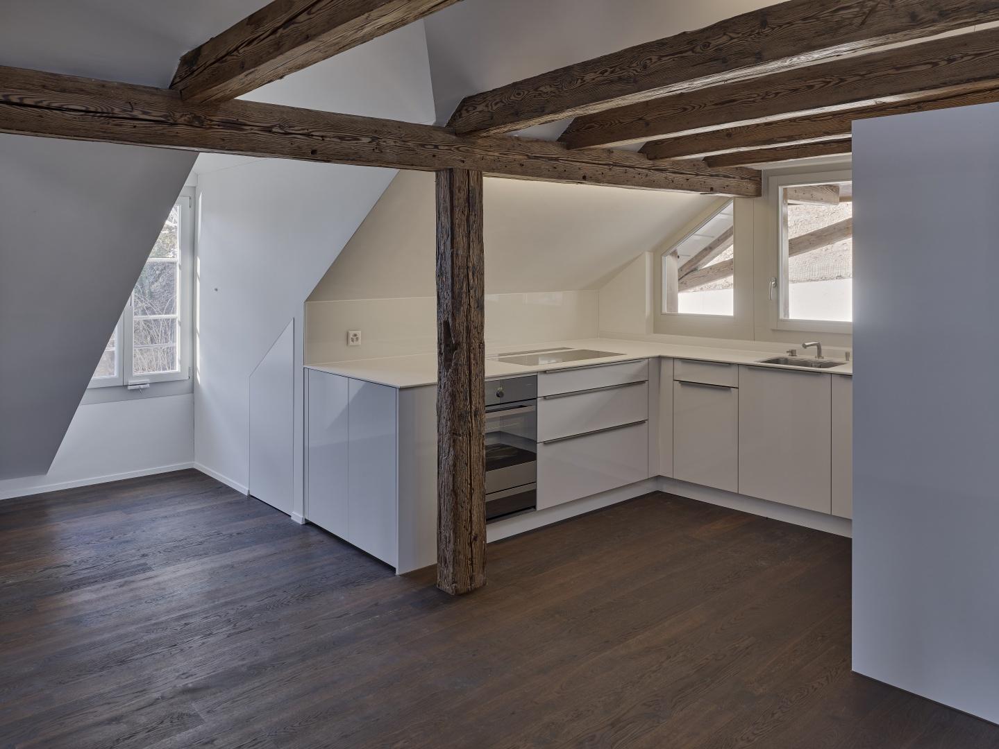 Im Dachgeschoss neu eingebaute Küche und neue Lukarnen © Rolf Siegenthaler Bern