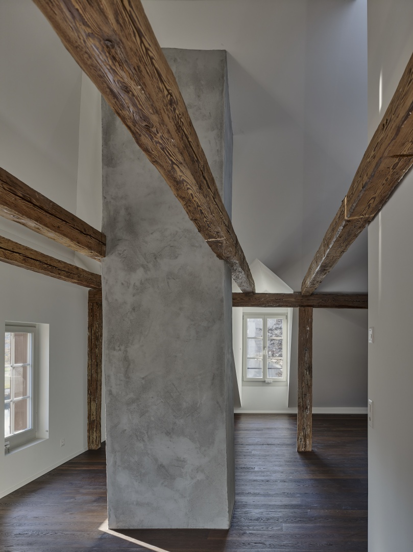 Wohnzimmer im Dachgeschoss mit bestehendem Kamin © Rolf Siegenthaler Bern