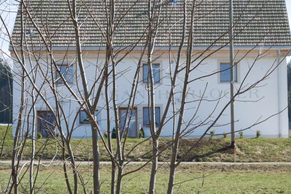 Façade/ isolation extérieure, murs crépi blanc fin, fenêtres en mélèze © j & m steinfels architectes