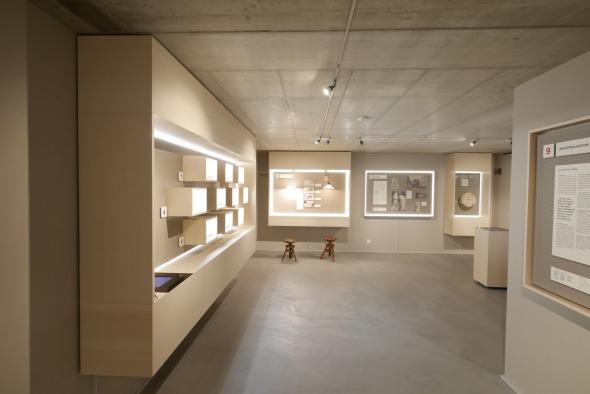 Musée sous-sol/ sol chape teintée, murs plâtre + peinture, plafond béton brut © j & m steinfels architectes