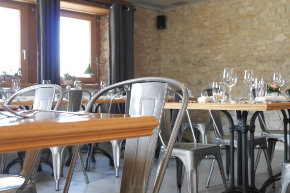 Restaurant rez-de chaussée/ plafond béton brut murs existant pierre chape teintée © j & m steinfels architectes
