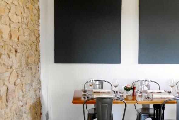 Restaurant rez de chaussée/ vue sur panneaux acoustiques et mur pierre © j & m steinfels architectes