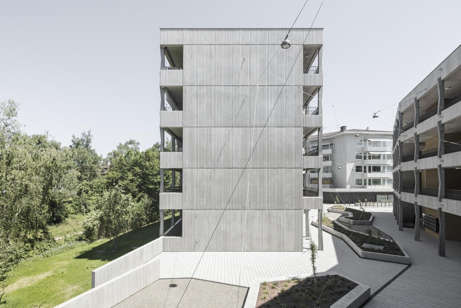 Stirnfassade mit Strukturschalung © Beat Bühler
